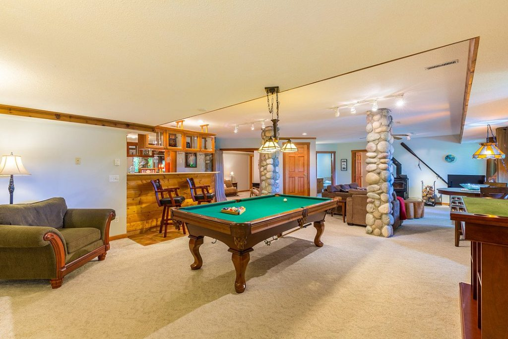 Luxury Suite - Pool Table and Bar Area